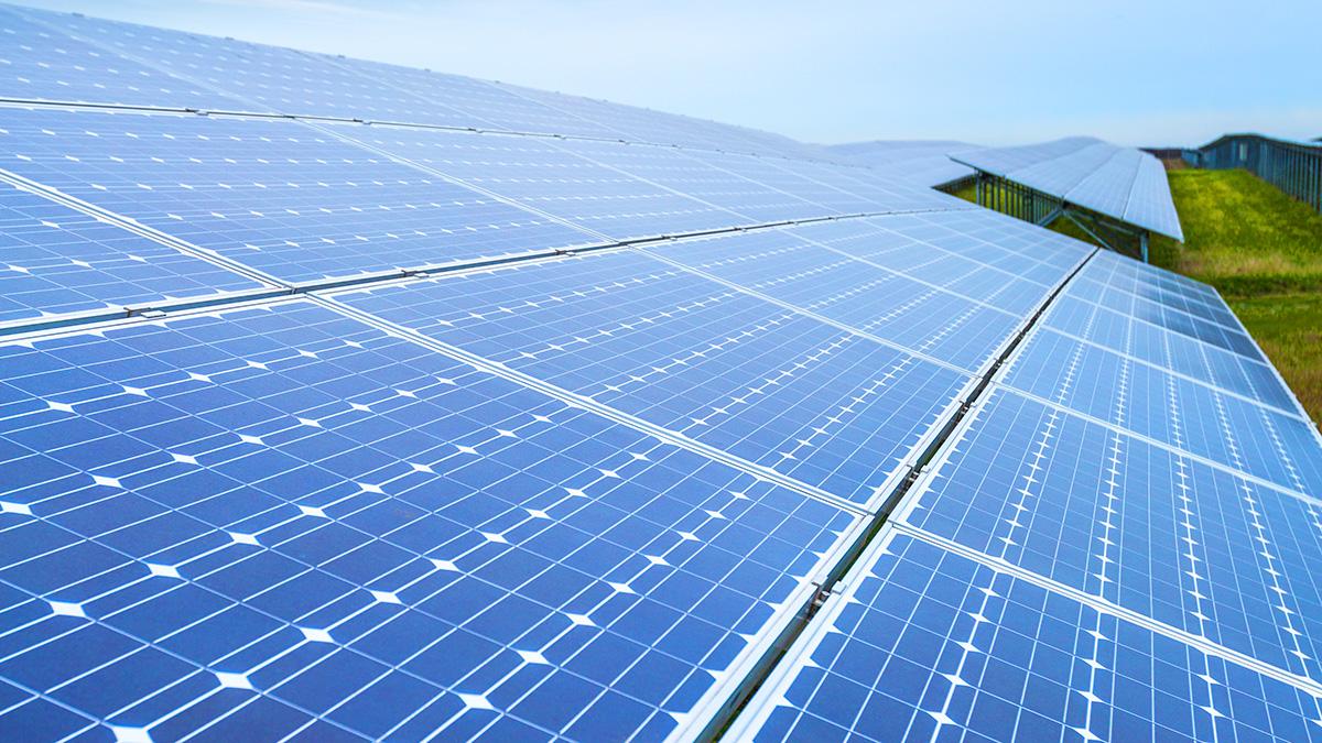 PWApr21Stevenson-solar-farm-530203401-iStock_Noctiluxx.jpg